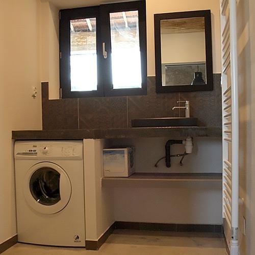 Lave-linge dans la salle d'eau du gite