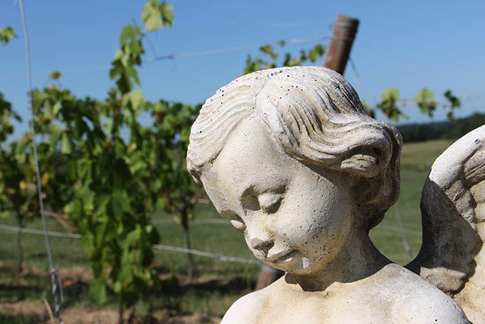 ange en pierre décorant le jardin